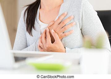 coeur, syndrome, femme, douleur, bureau affaires, concept., après, long, avoir, heures, poitrine, toucher, closeup, attack., computer., healthcare, travail, monde médical, poitrine