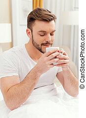 coffee., καφέs , πρωινό , κράτημα , κλειστός , έχει , μάτια , κρεβάτι , νέοs άντραs , κύπελο , ωραία , ζεσεεδ , χαμογελαστά , αναπηδώ , πρωί , καλός , αρμονία