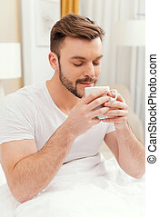 coffee., コーヒー, 朝食, 保有物, 閉じられた, 持つこと, 目, ベッド, 若者, カップ, ハンサム, 顔, 微笑, 始める, 朝, よい, 保持