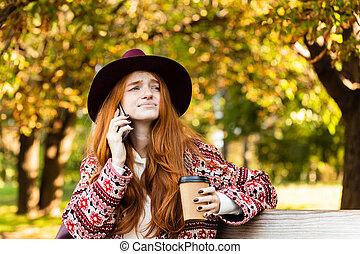 coffee., conversation, mobile, parc, confondu, jeune, automne, téléphone, étudiant, roux, boire, triste, girl
