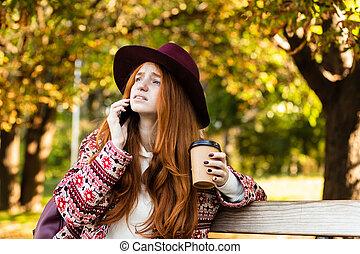 coffee., conversation, mobile, parc, jeune, triste, automne, téléphone, étudiant, roux, boire, girl