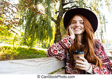 coffee., girl, positif, parc, jeune, automne, étudiant, roux, boire, sourire heureux