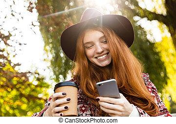 coffee., mobile, parc, jeune, automne, téléphone, étudiant, roux, utilisation, girl, boire, heureux