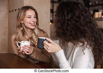 coffee., posiedzenie, herbata, dziewczyny, mówiąc, inny, każdy, picie, kawiarnia, przyjaciele, albo, szczęśliwy