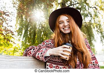 coffee., positif, parc, jeune, content, automne, étudiant, roux, boire, girl