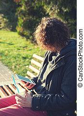 coffee., sentado, algunos, bebida, parque, otoño, libro,...