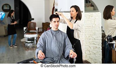 coiffeur, pendant, client, salon, coupure, homme, cheveux