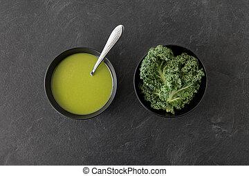 col, tazón de fuente de la sopa, col rizada, crema, cuchara