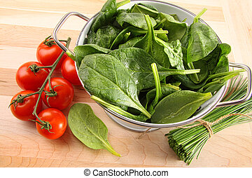colador, con, espinaca, hojas, y, tomates