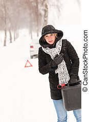 colapso, mulher, inverno, car, gás pode, segurando