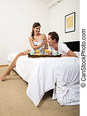 colazione, coppia, godere, insieme, letto