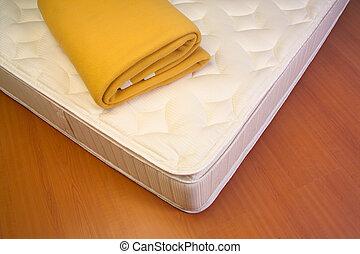 colchão, cobertor amarelo