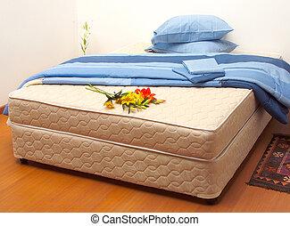colchão, com, folhas, e, travesseiros