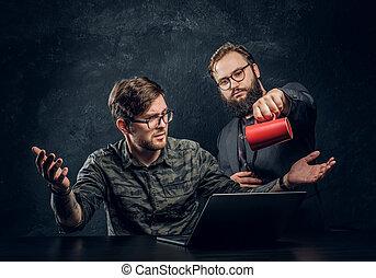 colega, café, seu, escritório, laptop, difícil, mente, longo, vontade, despeje, perder, programador, trabalho, began, após