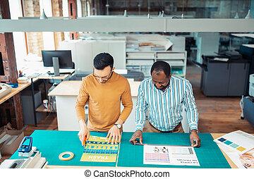 colega, escritório, escuro-esfolado, imprimindo, homem, associando