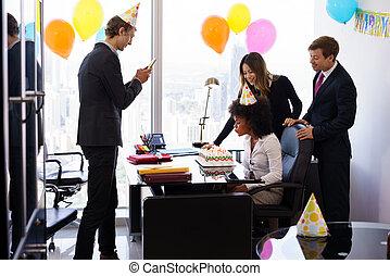 colega, escritório, pessoas negócio, celebrando, partido aniversário