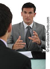 colega, explicando, algo, homem negócios