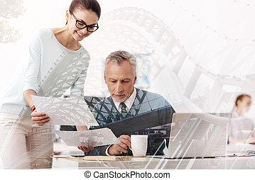 colega, mulher, escritório, trabalhando, jovem, alegre, dela, sênior