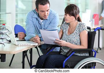 colega, mulher, trabalhando, cadeira rodas, jovem, macho