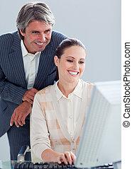 colega, seu, trabalho, ajudando, gerente, computador,...