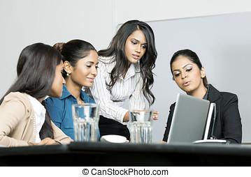 colegas, indio, trabajo junto, mujeres