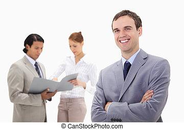 colegas, jovem, falando, atrás de, homem negócios, sorrindo, ele