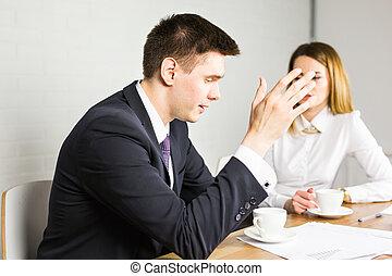 colegas, negócio, discutir, laptop, espaço trabalho, jovem, businesspeople, computador, co-working, incorporado