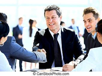 colegas, negócio, sentando, tabela reunião, duas mãos, durante, macho, agitação, executivos