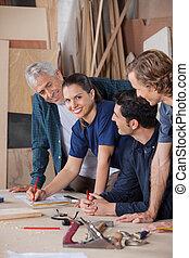 colegas, oficina, carpinteiro, trabalhando, femininas