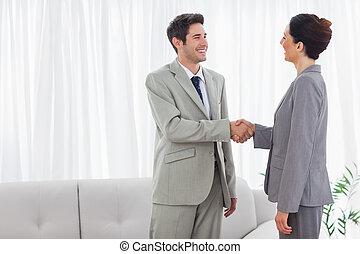 colegas, reunião, mãos, durante, sorrindo, agitação