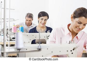 colegas, sastre, fábrica, trabajando, feliz