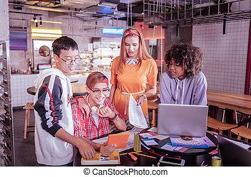 colegas, tendo, conversação, vídeo, professor, feliz