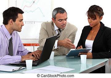 colegas, trabajando, en, un, oficina