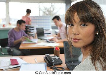 colegas, trabalhando, em, escritório