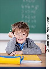 colegial, acostado, encima, el suyo, escritorio, en, el suyo, aula