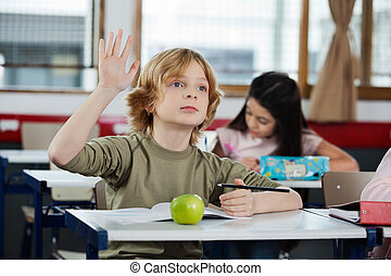 colegial, el mirar lejos, mientras, levantar la mano, en el escritorio