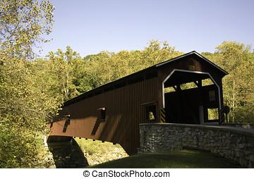 colemanville, puente cubierto, en, el, pensilvania, holandés, campo, de, condado de lancaster, rodeado, por, otoño, folliage.