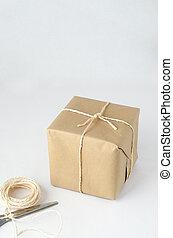 colis papier brun, attaché, ficelle