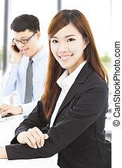 collègue, affaires femme, bureau, jeune
