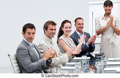 collègue, applaudir, professionnels, après, figures ventes, sourire, reportage