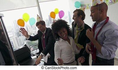collègue, bureau, professionnels, célébrer, anniversaire, 6, fête