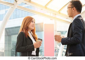 collègue, café, bureau, discuter., businesspeople, jeune, dehors, homme affaires, boire, femmes affaires