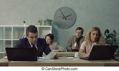 collègue, chiffonné, bureau, papier lancement, ennuyé