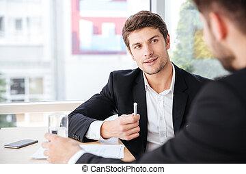collègue, conversation, sien, bureau, homme affaires