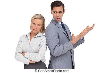 collègue, elle, discuter, femme affaires, fâché, contre