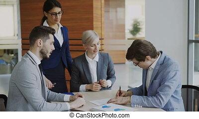collègue, expliquer, signer, sien, bureau, séance, mains, association, moderne, jeune, contrat, complet, quoique, détails, avocat, secousse, homme affaires, constitué