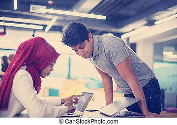 collègue, femme, elle, business, musulman, indien, mâle noir, réunion, avoir