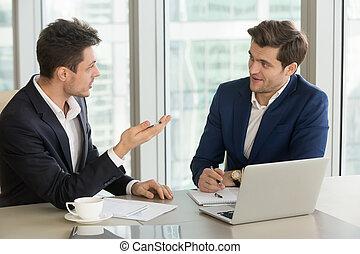 collègue, homme affaires, expérimenté, convaincre, jeune