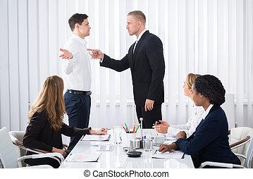 collègue, homme affaires, sien, réunion, blâmer