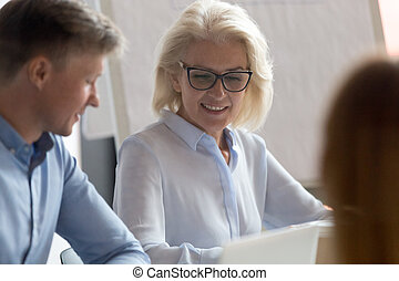 collègue, mûrir, femme affaires, compagnie, écoute, réunion